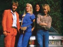 En gruppbild med den femte bandmedlemmen BMW 633!