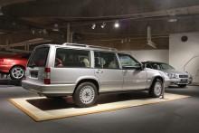 Bredvid står systermodellen V90. Visserligen en bakhjulsdriven Volvo men till skillnad från 940 hade den en vitmotor, en rak sexa i lättmetall på tre liter och 204 hk och en delad multilinkbakaxel. Det här är den sist tillverkade V90:n.