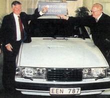 Volvo Personvagnars vd Tuve Johannesson överlämnar nycklarna till den vita 940 Classic som Sigvard Åberg fick som gåva från Volvo enligt GP.