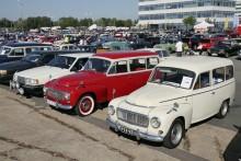 Söndagens träff utanför Volvo Museum brukar samla omkring 500 bilar. Klassiker är på plats och säljer bland annat tidningar.