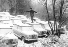 Hornetbilarna vinterparkerade på Tatsfields nudistkoloni i väntan på att konverteras till cabriocoach. Taken skulle ju kapas av så det gjorde inget att någon dansade på dem...