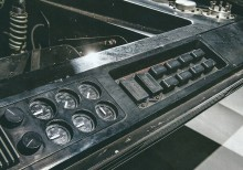 Motorrummet fick en gedigen uppsättning mätare och kontroller, samt även reläer, som inte ledde nånstans.
