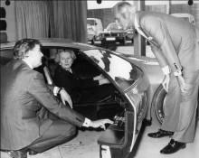 Margaret Thatcher provsitter SRV hos Vauxhall i Luton.