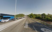 Så ser det ut idag – mittlinjen är ersatt av en mer bastant barriär. Som dessutom håller ihop. (Google Maps)