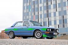 Superovanlig BMW Alpina B8 i uppseendeväckande färgsättning. Bedömt värde 390 000 – 450 000 kr.