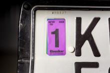 Att ha kvar ett gammalt kontrollmärke från tiden då de var obligatoriska är tillåtet men att klistra på ett nytt och sedan ge sig ut i trafiken är förbjudet.