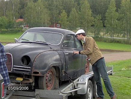 Daniel Gustafsson spekulant på en Saab 93. Foto S Gustafsson