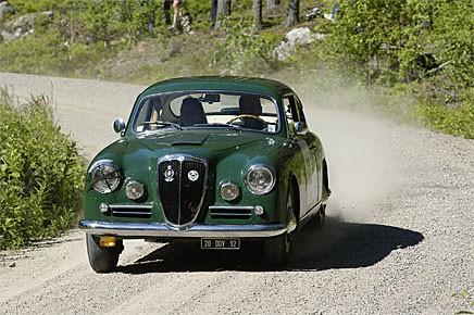 En inte helt vanlig syn på grusvägen, en vacker Lancia Aurelia B20 med Jan och Claudine Huss. Slutade nia i regularity-klassen där det gällde att pricka idealtider.