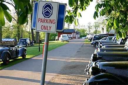 En av de välfyllda parkeringarna på Stiftsgården i Kastlösa dagen till ära m. ändrad P-skylt.