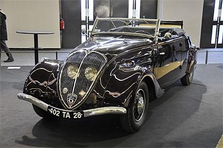I ganska extrem art-decostil framträder denna Peugeot 402 cabrio från 1939. Lyktorna i grillen sänkte luftmotståndet och var Peugeots särdrag under perioden.