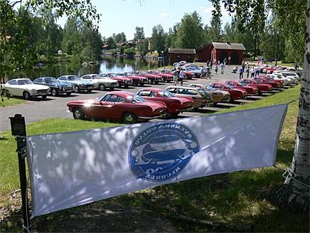 Alla bilar uppställda i det idylliska Sundborn med Sundbornsån makligt flytande förbi.