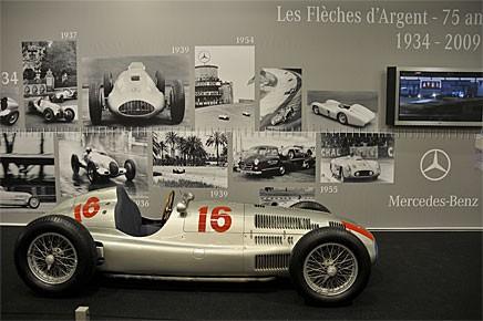 Jubileer är vid det här laget ett ganska uttjatat tema och inte behöver Mercedes-Benz någon särskild anledning att ställa ut Silverpilar. Karriären för dessa Grand Prix racers anses ha börjat 1934. På bilden en W 165, en sådan som Lang och Caracciola körde i Tripolis Grand Prix 1939.