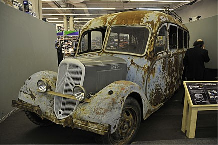 Det krävs många givmilda personer för att återställa denna buss som verkar ha fungerat som hönshus de senaste decennierna.
