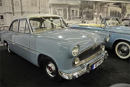 En Simca Vedette, född Ford, stod som adoptivbarn i montern hos Peugeot.