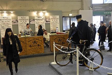 Det är ju Frankrike och även vin av bra årgångar finns att köpa på Rétromobile.