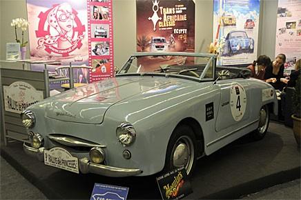 En nyare Panhard, en Dyna med roadsterkaross i montern Rallye des Princesses.