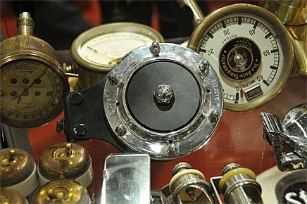 Ett vitrinskåp med dyrbarheter - signalhornet från Lucas kostade 170 euro.