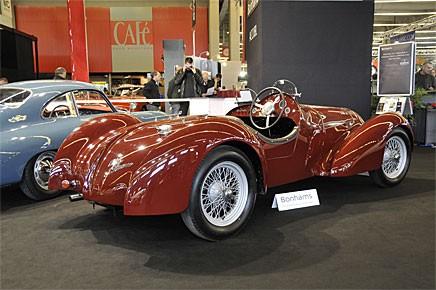 """Den ser ut som en """"racerbil"""" ur Pojkarnas Julbok 1946 och denna Alfa-Romeo 6c1750 från 1932 moderniserades mycket riktigt på 1940-talet med en helt ny kaross. Säkert bra då men sänker värdet kraftigt idag. Förblev osåld på auktionen."""