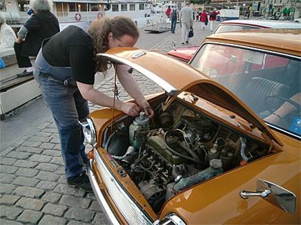 På andra träffar öppnas motorhuvar för att man ska beundra innandömet, inte på Capital Minis träffar, här är det oftast något problem som ska lösas. Som en trilskande spolarvätskemotor.