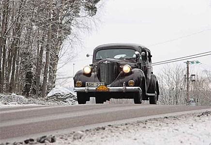 Vilken syn! En Chrysler Royal 1938 på vinterväg!