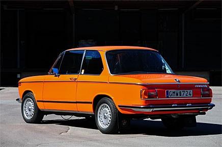 En alldeles nyrenoverad BMW 2002 tii i rätt färg. Läs om Jonas kamp.