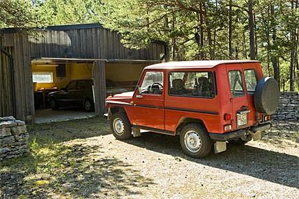 I garaget på Fårö har de stått oanvända i två år nu, Ingmar Bergmans Mercedesar från 1980.