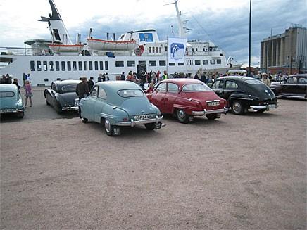 På hamnplanen finns gott om plats för parkering. En bra kväll kommer hundratals bilar.