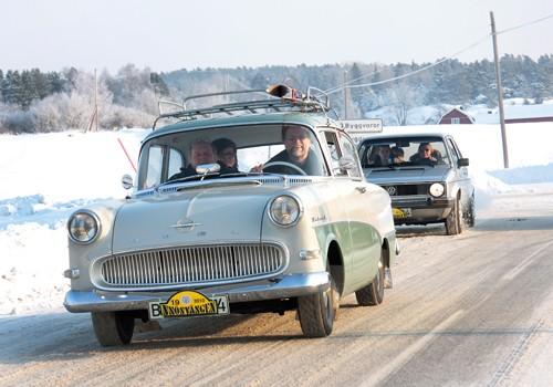 Dan Stålborg valde takräcke för dagen. Det kunde ju finnas ett loppis längs vägen. Skön Opel Rekord 1958.