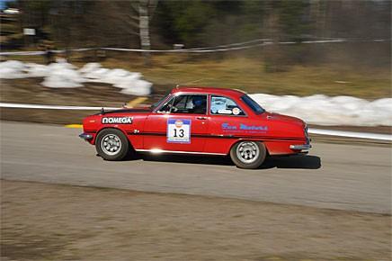 Ari Nöjd kör sin Isuzu Bellet 1600 GT 1967 under rallyuppvisningen. Isuzun har använts som rallybil ända sedan den var ny.