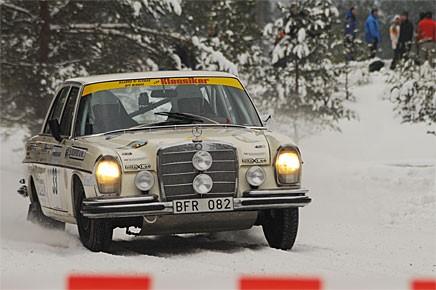 Inte helt ovanlig som rallybil 1967, men definitivt ovanlig idag. Nisse Schön och Tommy Thysell tvingades bryta efter ett tekniskt fel på SS 1 med sin Mercedes-Benz 250 S.