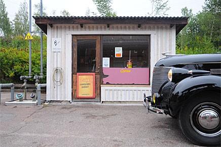 I Sågmyra finns en stor fabrik och en mycket liten mack. Vi stannade till med vår Chevrolet -39 på väg mot Siljans stränder.