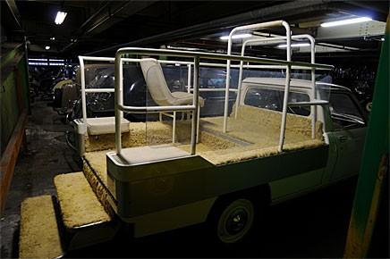 Påvemobilens vita matta har gulnat betänkligt. Köp den här 504:an och kör studenter varje skolavslutning!