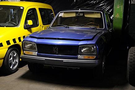 Nybilschock i Klassiker! Den sist tillverkade 504:an! Den levererades direkt från fabriken i Nigeria till Peugeotmuseet 2006.