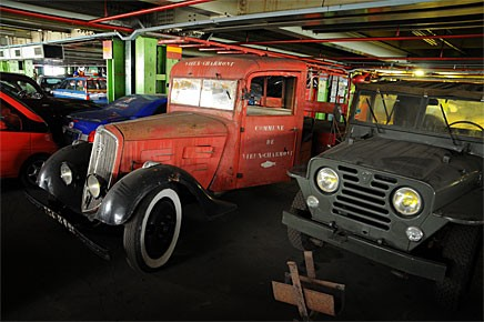 En brandkårsutrustad 301 1932 står bredvid en VSP från 1955. Den senare är en av elva prototyper som tillverkades på uppdrag av det franska försvaret. En av dessa hann säljas innan auktionen.