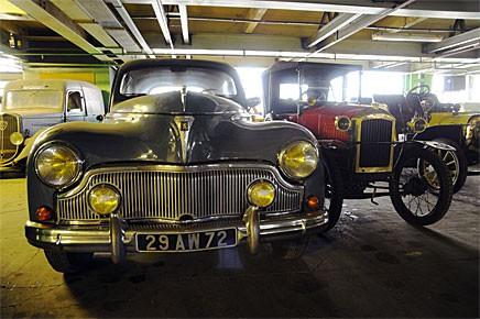 Till salu! En Peugeot 203 1954 med eftermarknadsgrill och en 172 R Torpédo 1927 står i Peugeotmuseets stora förråd i väntan på att få auktioneras ut i vår.