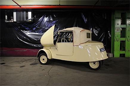 En VLV 1941 verkar vara lite hastigt parkerad i Peugeotmuseets stora bilförråd. VLV var en elbil som tillverkades för den franska posten. Ett annat exemplar kommer att auktioneras ut i vår.