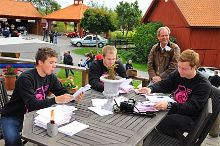 Närmare 400 av besökarna gissade - det blev ett styvt jobb för David Falk, Johan och Oskar Carlquist att rätta alla svar.  Grytsbergs Säteris ägare Lars Nordzell hejade på.