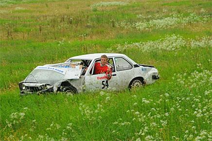 200 meter före mål i det tredje heatet så voltade P-G Andersson. Trots att färden tillbaks till depå fick ske med hjälp av en traktor som drog ekipaget så såg P-G så här glad ut.