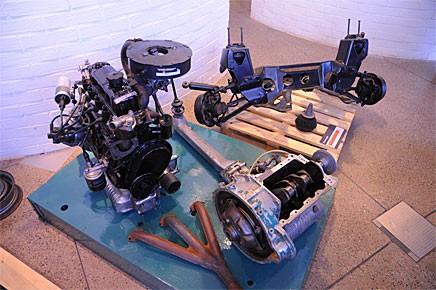 En fram- och en bakram ställs ut tillsammans med en komplett motor. Kanske mer lärorikt än att titta på en hel Mini om man vill förstå dess storhet.
