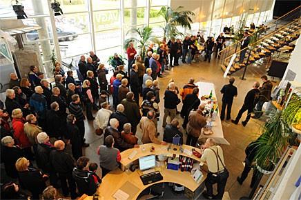 Mängder med besökare ville vara med på invigningen av utställningen på Pylonen.
