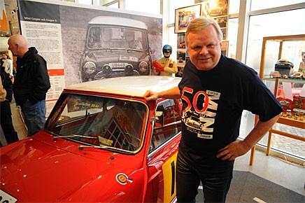 Bo Funcke ställer ut sin  Morris Cooper S 1965. Han fick också äran att inviga utställningen, vilket han gjorde genom att slå med en halvtumsnyckel på en navkapsel.