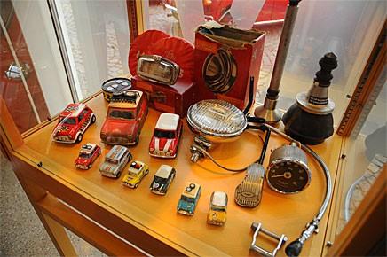 Mängder med delar och modellbilar ställs också ut på Vägverkets museum.