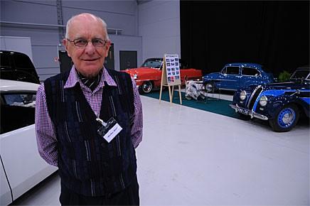 Mitt bland alla klubbmontrar står Markus Järvi, han och hustrun Marja-Liisas bilsamling är så stor att de nästan är som en egen bilklubb. På mässan ställde de ut en EMW 327 Sport Cabriolet en Mercedes-Benz 190 SL och en Fiat 600.