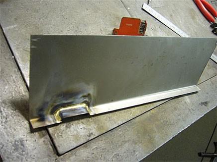 Bengt fixar till en ny plåt, med ventilation i nederkant precis som på originalet.