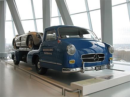 Från Mercedes-museet, den personliga favoriten 300 SLR upplastad på den specialbyggda transportbilen med många delar från 300 SL för snabba ryck även mellan banorna.