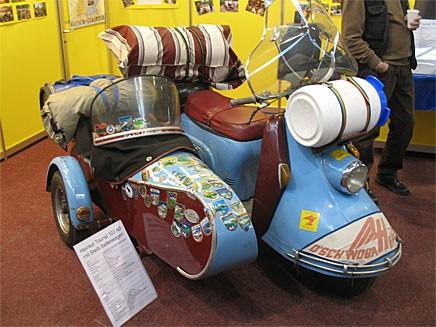 En Heinkel Tourist med sidovagn som enligt klistermärkena har varit på besök även i Sverige.