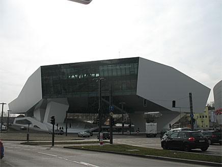 Porsche museets arkitektur, eller Carchitecture som det numer kallas, är imponerande. Smakar det så kostar det, och i detta fall kostade det ca en miljard kronor att bygga!