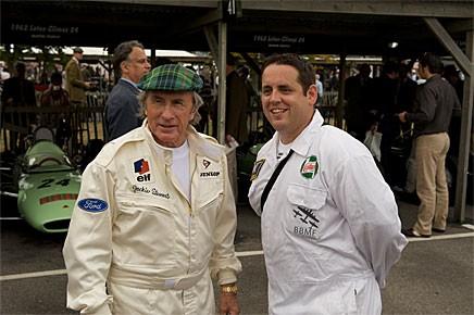 Det vimlar av legender på Goodwood Revival. Sir Jackie Stewart med okänd beundrare i paddocken.