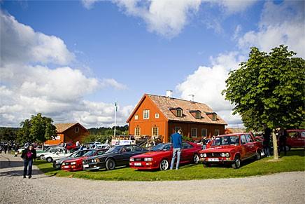 Vis osannolikt vackra Grytsbergs Säteri i Stjärnhov samlas en gång om året gräddan av Sveriges 1980-talsbilar och motorcyklar.