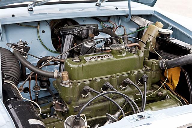 Tvärställd motor på 848 kubik, monterad ovanpå växellådan för att ta så liten plats som möjligt. 34 hk.